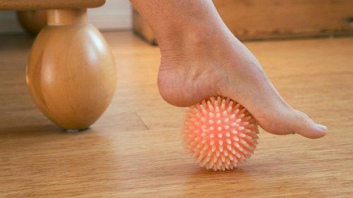 ¿Cómo usar las bolas de masaje miofascial para la fascitis plantar?