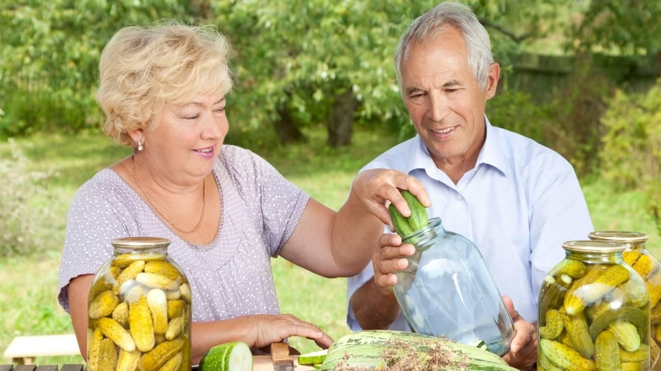 ¿Cómo usar los sacos de semillas para microondas en personas mayores con artritis?
